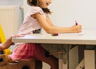 Warum dein Kind viel im Matsch spielen sollte, damit es später leichter das Schreibenlernt