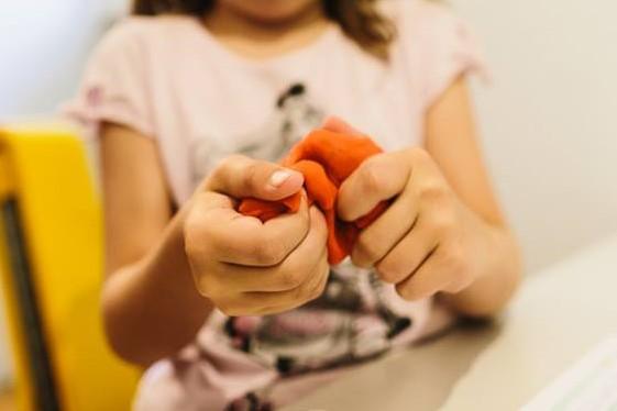 So unterstützt du die Entwicklung der Händigkeit bei deinem Kind von Anfangan