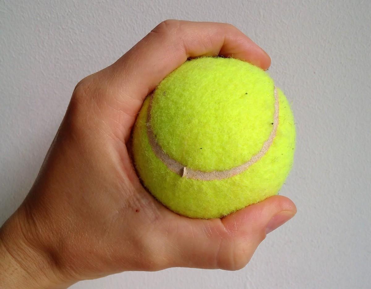 Simpler Ergo-Hack: So wird ein Tennisball zum Feinmotoriktrainer
